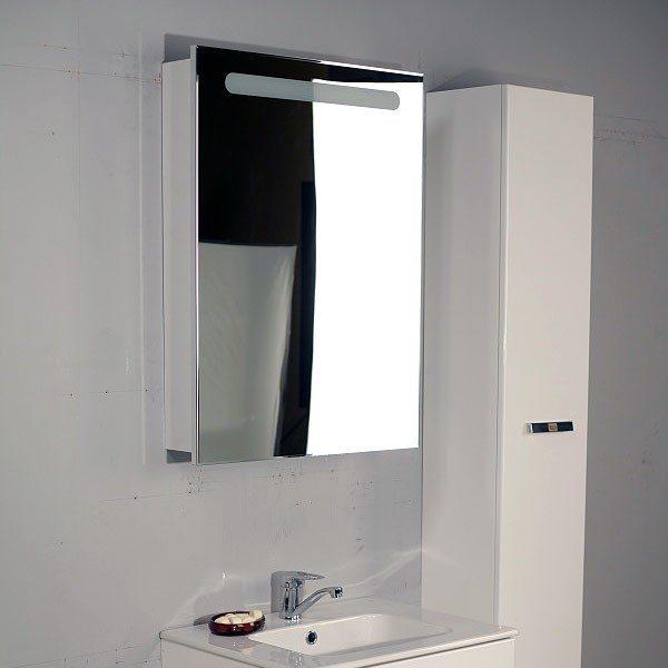 Узкий и высокий пенал может стать местом хранения банных полотенец и халатов