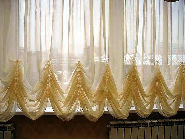 В гостиной отлично будут смотреться пышные австрийские или французские шторы