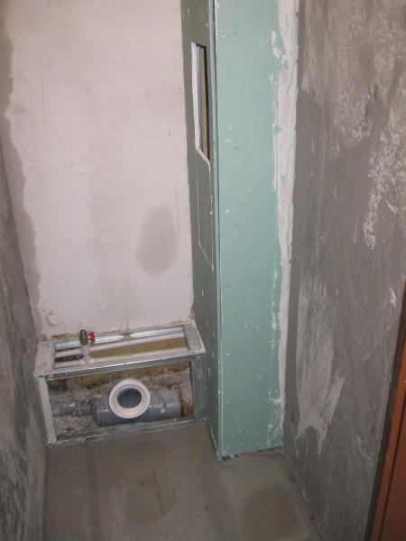 В крайнем случае, трубы можно спрятать в разборный короб с люком для доступа к вентилям.