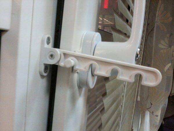 В пластиковых окнах без форточек за вентиляцию отвечает система микропроветривания или оконный фиксатор-гребенка. Фиксатор на фото позволяет обеспечить дозированный приток свежего воздуха.