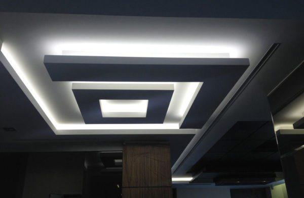 В современном потолке подсветка может выполнять функцию не только вспомогательного, но и основного освещения