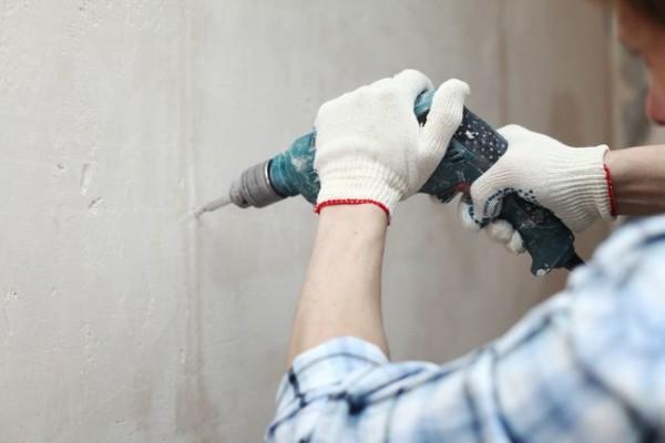 Важно держать перфоратор перпендикулярно стене