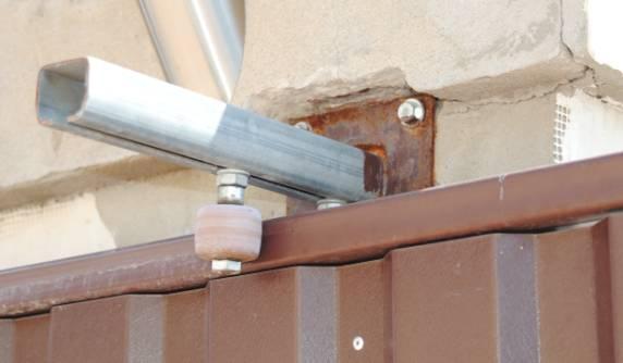 Верхние ролики двигаются по кронштейну и позволяют выставить ворота идеально ровно