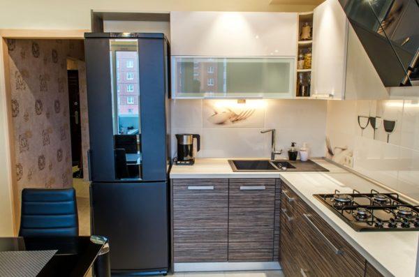 Вокруг холодильника должно оставаться свободное пространство для вентиляции, как на фото