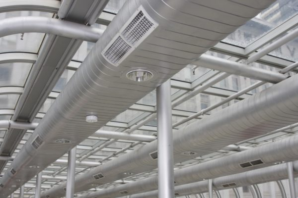 Воздухозабор вытяжной вентиляции должен располагаться как можно ближе к потолку.