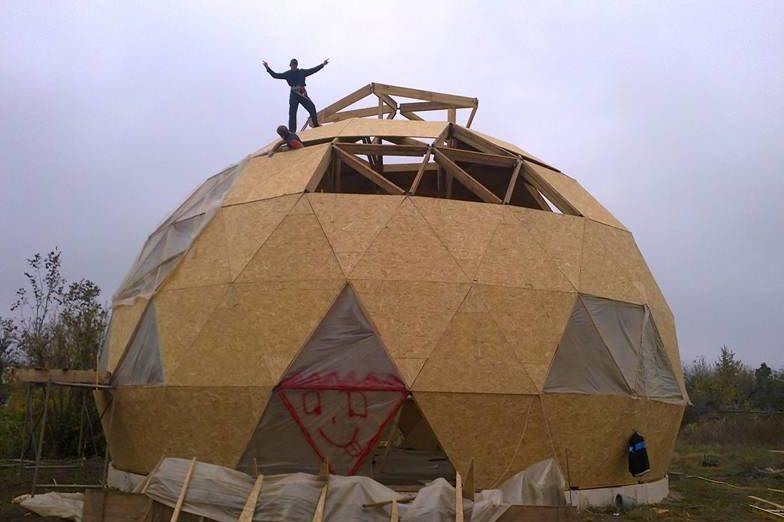 Возведение купольного здания в некотором роде напоминает сборку детского конструктора по своей сложности