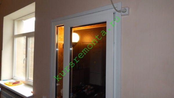 Выход во внутренний двор из кухни с подсветкой между дверьми.