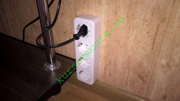 Выполненная в плинтусе разводка позволяет при необходимости быстро подключить дополнительные розетки.