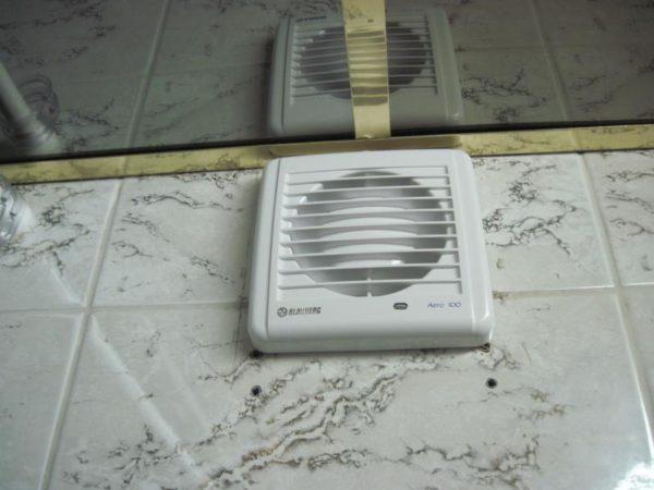 Вытяжка на фото перекачивает за час 100 кубометров воздуха, что вчетверо перекрывает нормативы СНиП.
