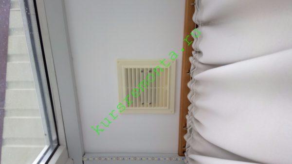 Вытяжная вентиляция мансарды работает через решетки в подвесном гипсокартонном потолке. Приток воздуха — через негерметичные соединения кровли.