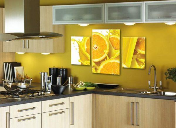 Яркий постер как оригинальное дополнение к интерьеру современной кухни.