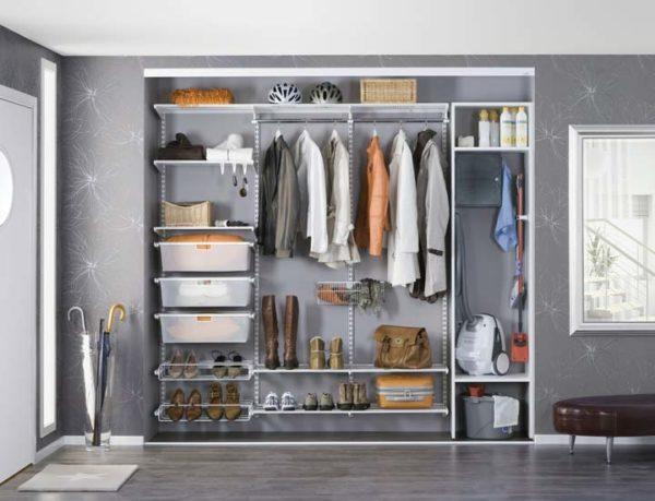 За неимением отдельной комнаты для гардероба, его можно обустроить в прихожей.