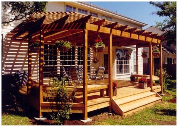 Закрытая терраса с решетчатым навесом, защищающим зону отдыха от солнца.