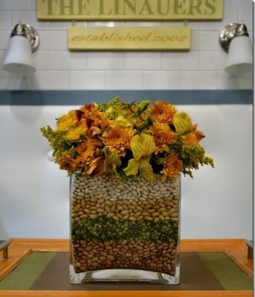Засушенный букет в стакане, заполненном разноцветными крупами
