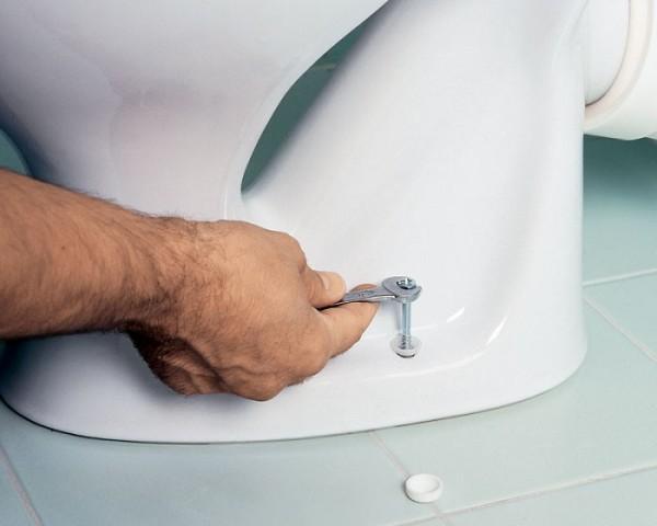 Затягивать крепеж нужно аккуратно, чтобы не повредить унитаз