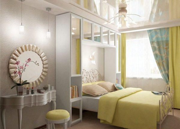 Зеркала и глянцевый натяжной потолок как способ расширить пространство комнаты.