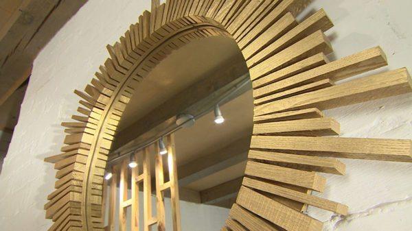 Зеркало-солнце особенно уместно в сочетании с этническим стилем