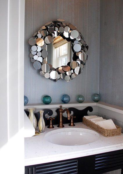 Зеркало в зеркальной раме смотрится весьма необычно и делает комнату намного светлее