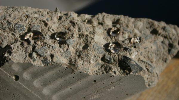 Бетон с качественной гидрофобной обработкой практически не смачивается водой.