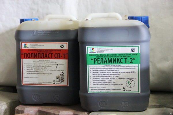 Пластифицирующие смеси нередко продаются в комплексе с другими добавками.