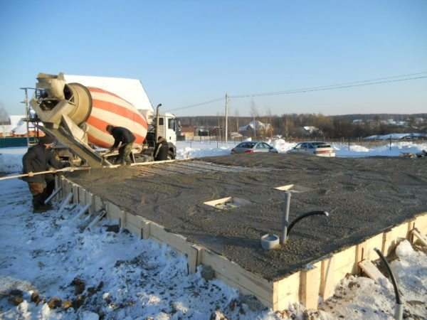 При бетонировании в сильный мороз работу нужно выполнять максимально быстро, чтобы вода не успела замерзнуть.
