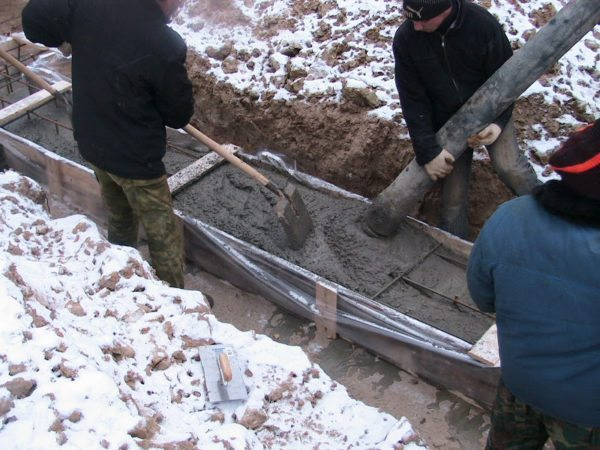 При добавлении антифризов бетон может долго оставаться подвижным даже в сильный мороз.