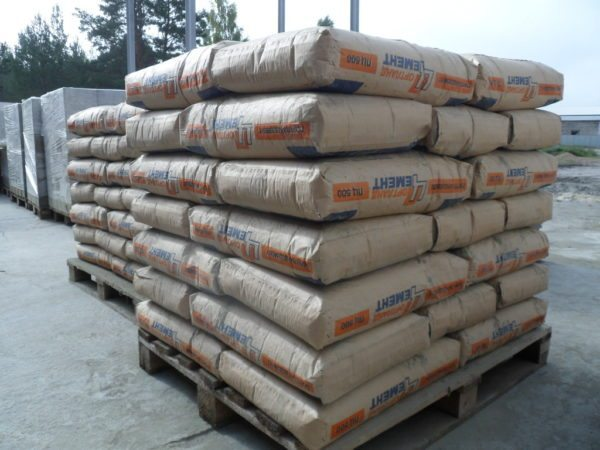 Цемент лучше покупать не россыпью, а расфасованный в мешки, потому что он более качественный.