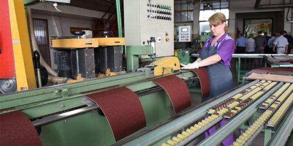 Абразивный материал, изготовленный электростатическим методом, более производительный.