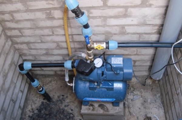 Агрегат, установленный на подиуме из кирпича
