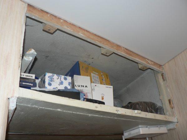 Антресоли под потолком загромождают помещение, заставляют его казаться еще более тесным.