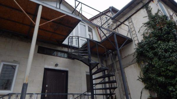 Балкон и мансардный этаж: вид из двора.