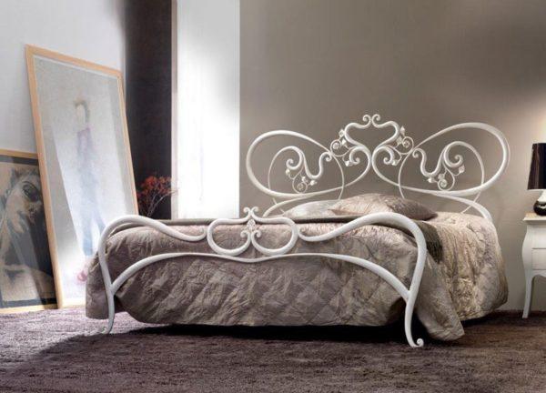 Белые кованые кровати внешне выглядят не просто воздушно, а скорее даже хрупко и невесомо