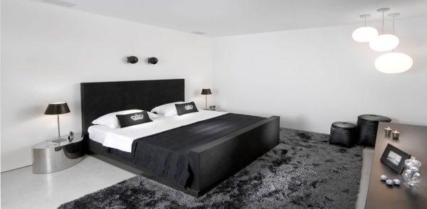 Белый цвет зрительно расширит компактную спальню.
