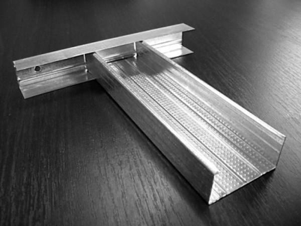 Безусловно, без вспомогательных материалов монтаж гипсокартонных перегородок невозможен – одним из главных является металлический алюминиевый профиль самых разных видов