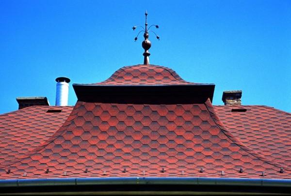 Битумная черепица подходит к крышам любой формы