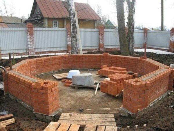 Боковые стенки выкладываются толщиной в один или полтора кирпича.