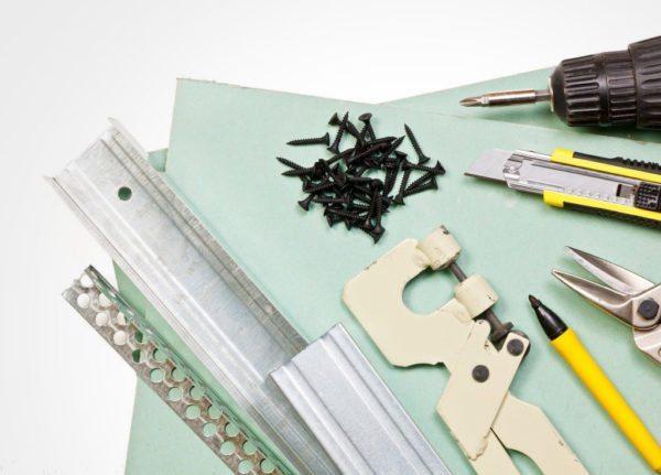 Большая часть инструмента для работы с гипсокартоном есть в любом доме, а вот материалы придется покупать