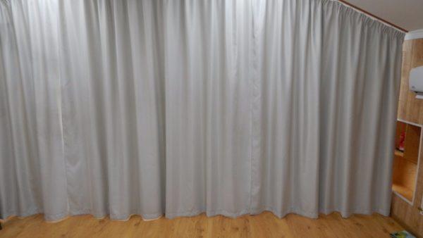 Большие панорамные окна весь световой день закрыты плотными шторами.