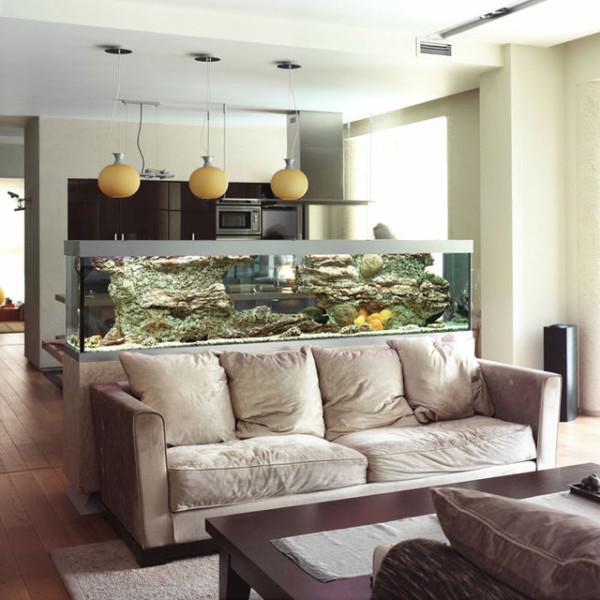 Большой аквариум отлично вписывается в помещения рассматриваемого нами типа