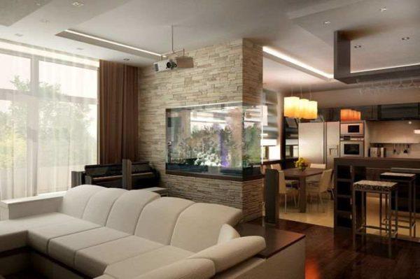 Большой аквариум служит не только украшением перегородки, но и акцентом в интерьере