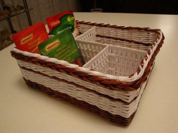 bumazhnye-korziny-ne-tolko-krasivy-no-esche-i-prak-600x450 Плетение из газетных трубочек для начинающих пошагово: техника плетения, мастер класс, фото. Плетение корзин, шкатулок, коробок из газет для начинающих: схемы, загибы, фото
