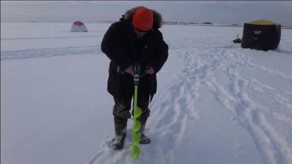 Бурение лунки на зимней рыбалке с помощью шуруповёрта