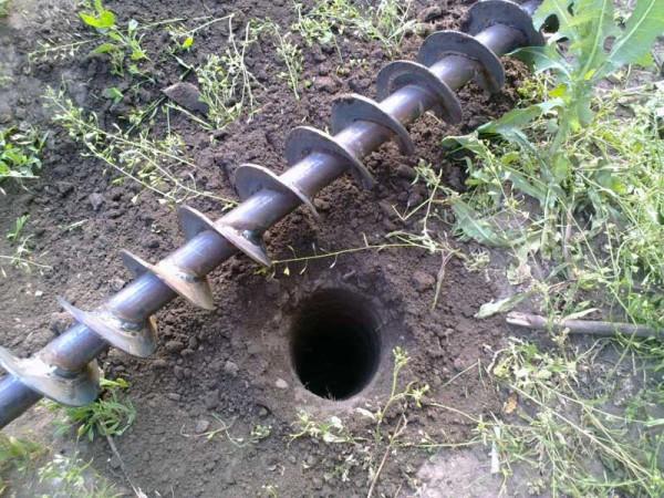 Буром можно сделать аккуратную яму нужной глубины очень быстро