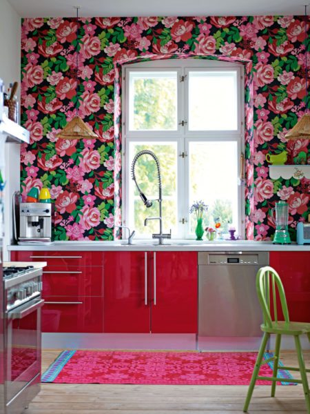 Буйство красок на стенах хорошо сочетается с яркими дверцами шкафов.