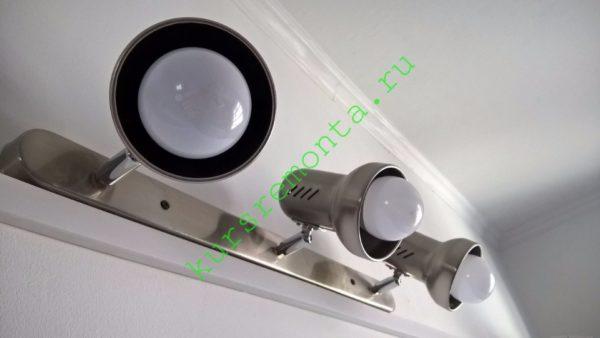 Бытовой люминесцентный светильник над рабочей поверхностью в моей кухне.