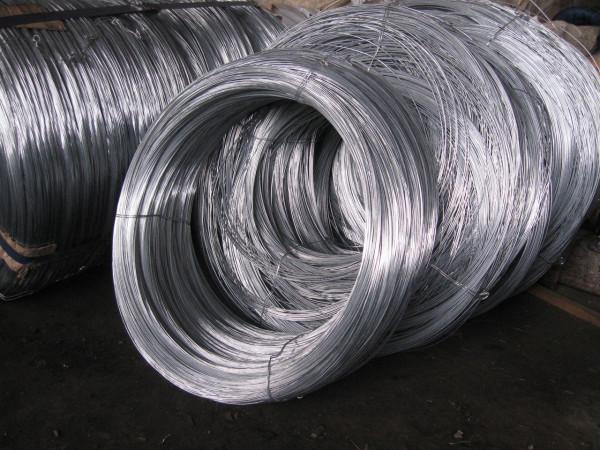 Чаще всего для натяжения сетки используется оцинкованная проволока диаметром 3-4 мм