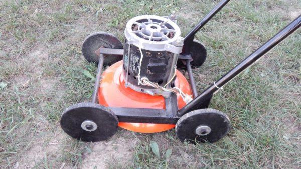 Четыре колеса гарантируют одинаковый угол скашивания травы по всей лужайке