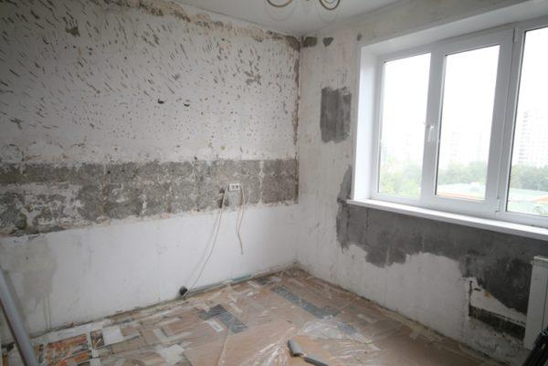 Чтобы обновить кухню, сначала надо снять старые покрытия со всех поверхностей.