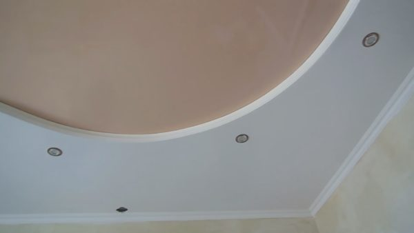 Чтобы потолок выглядел также аккуратно, перед монтажом подсветки вымойте руки или используйте чистые тканевые перчатки