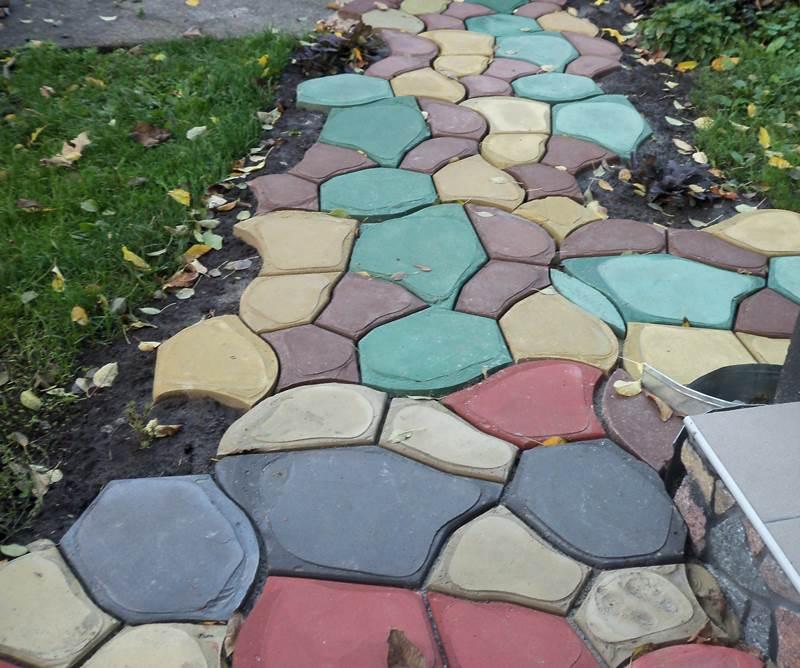 Чтобы сделать цветную тротуарную плитку, красящие пигменты нужно развести в воде, и добавить в бетономешалку в самом начале приготовления раствора.